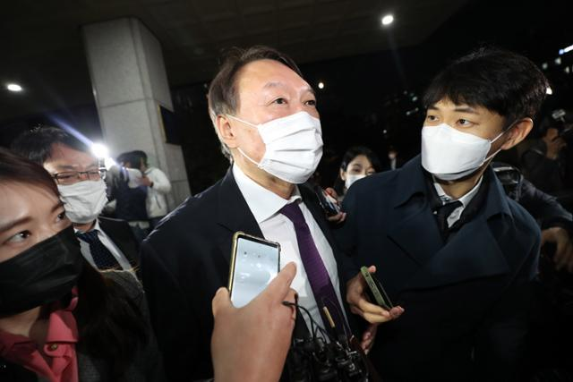 윤석열 검찰총장이 지난달 29일 대전검찰청에서 지역 검사들과 간담회를 한 뒤 청사를 나서고 있다. 연합뉴스