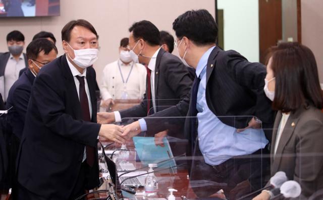 윤석열(왼쪽) 검찰총장이 지난달 23일 국회 법제사법위원회 대검찰청 국정감사를 마친 뒤 의원들과 인사하고 있다. 연합뉴스