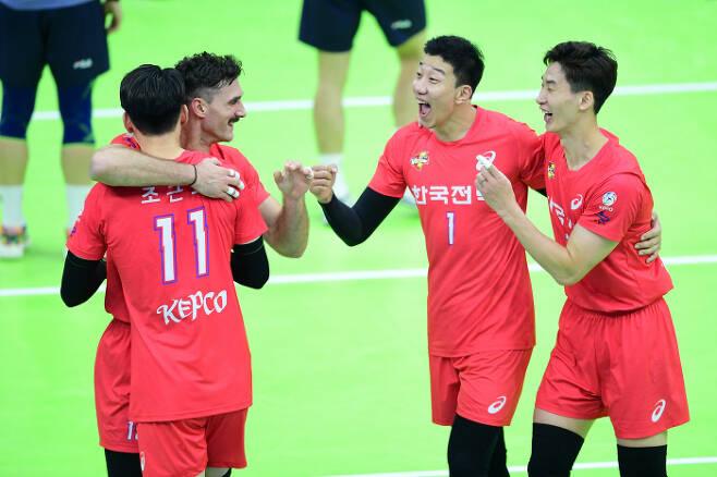 한국전력 박철우(오른쪽)와 신영석(오른쪽에서 두 번째)이 15일 경기 수원체육관에서 열린 대한항공전에서 함께 기뻐하고 있다.  한국배구연맹 제공