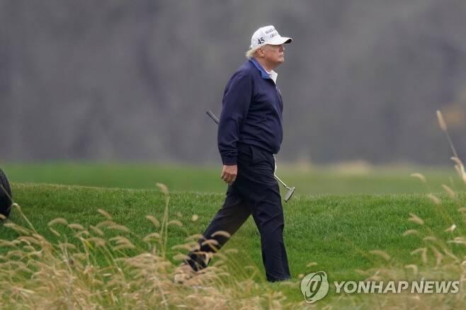 도널드 트럼프 미국 대통령이 15일(현지시간) 버지니아주 자신 소유의 골프장에서 골프를 치고 있다. [로이터=연합뉴스]