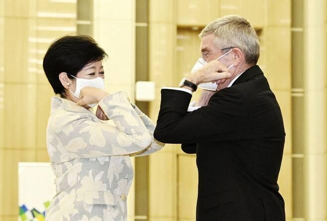(도쿄 교도=연합뉴스) 토마스 바흐 국제올림픽위원회(IOC) 위원장이 16일 오후 도쿄도청을 방문해 고이케 유리코(小池百合子) 도쿄도 지사와 팔꿈치 터치로 인사를 나누고 있다.
