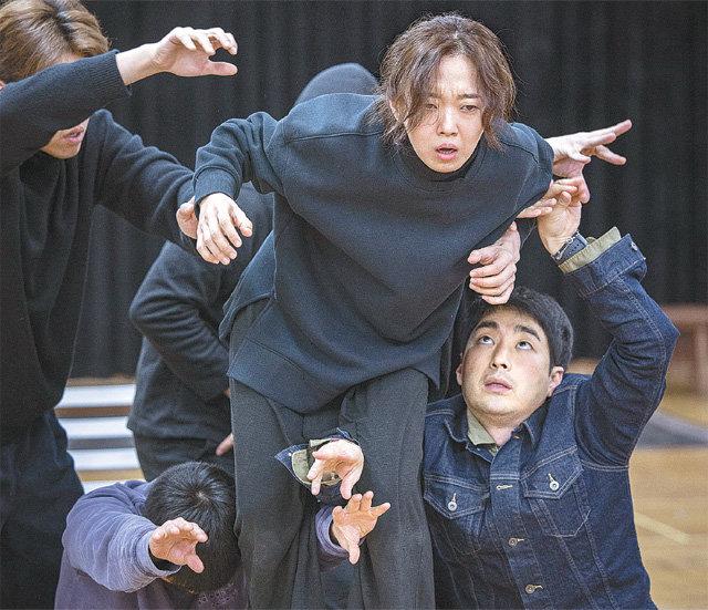 국립극단 차기작 '햄릿'에서 주인공 햄릿이 아버지의 망령에 시달리는 장면. 이봉련 배우(가운데)의 팔다리 사이로 다른 배우들이 손을 뻗어 망령을 표현했다. 국립극단 제공