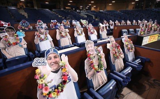 NC 다이노스는 올 시즌 무관중 경기일 때, 미국 현지팬들을 위해 미국팬들의 사진으로 입간판을 만든 '소환 응원단' 이벤트를 마련해 이색적인 모습을 연출했다. [뉴스1]