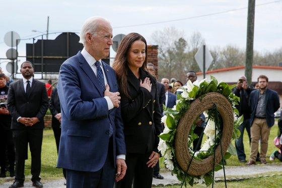 조 바이든 당선인과 함께 지난 3월 추모 예배에 참석한 애슐리. [로이터=연합뉴스]