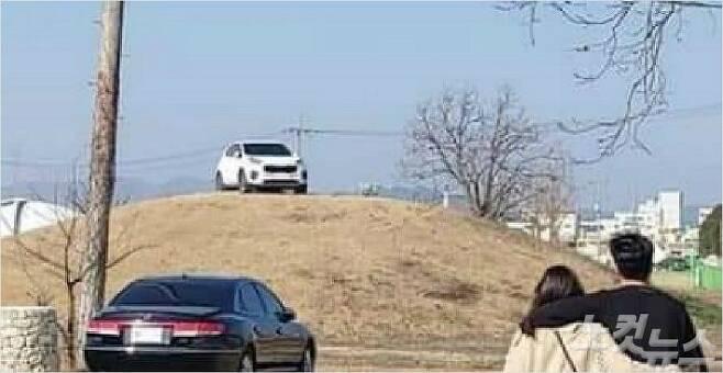 경주 쪽샘지구 79호분 위에 세워진 흰색 SUV차량 모습(사진=독자 제공)