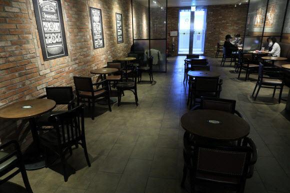 국내 신종 코로나바이러스 감염증(코로나19) 신규 확진자가 사흘 연속 200명대로 집계되고 있는 16일 오후 서울 시내의 한 커피숍이 한산한 모습을 보이고 있다. 뉴시스