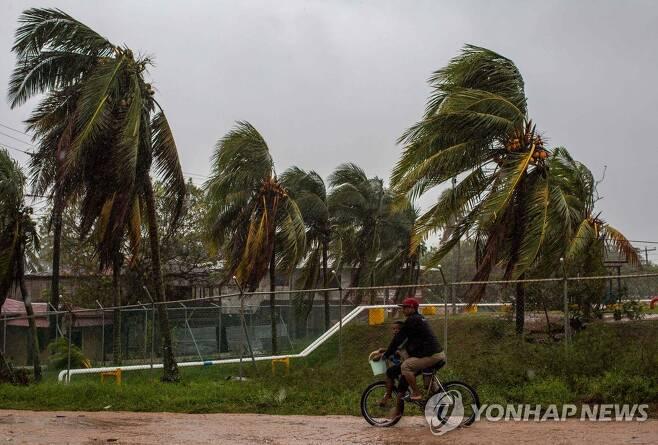 허리케인 요타가 접근하면서 강풍이 몰아치고 있는 니카라과의 한 마을 [AFP=연합뉴스]