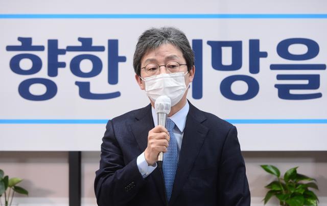 국민의힘 소속 유승민 전 의원이 18일 여의도 '희망 22' 사무실에서 열린 기자간담회에서 인사말을 하고 있다. 오대근 기자