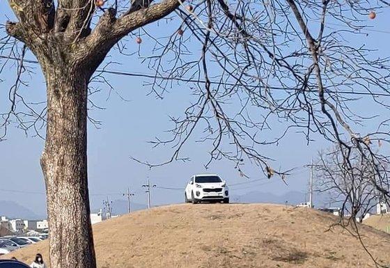 15일 오후 경북 경주시 쪽샘지구 한 고분 위에 주차된 SUV 모습. 인터넷 커뮤니티 '보배드림' 캡쳐