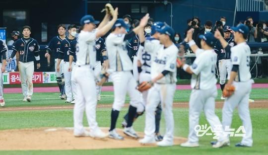 두산 팀 타선이 터지지 않는다면 이번 한국시리즈는 예상보다 더 싱거운 흐름으로 이어질 가능성이 있다(사진=엠스플뉴스)
