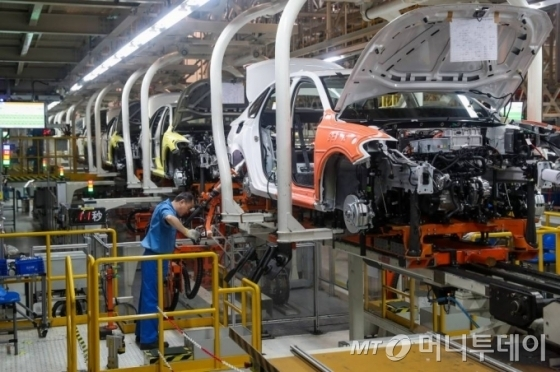 [상하이=신화/뉴시스] 지난해 10월29일(현지시간) 중국 상하이의 상하이자동차(SAIC) 폭스바겐 공장에서 한 노동자가 작업 중인 모습. 신종 코로나바이러스 감염증(코로나19)으로 폭스바겐은 중국 내 일부 공장 재가동 시점을 24일로 연기한 것으로 18일 알려졌다. 2020.02.18