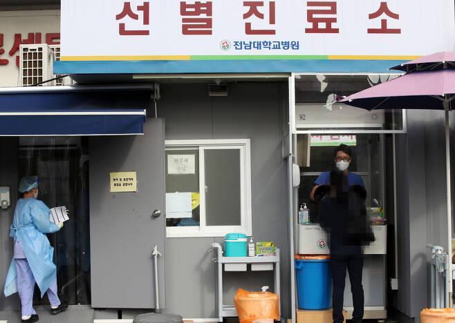 신종 코로나바이러스 감염증(코로나19)이 확산하고 있는 17일 오후 광주 동구 전남대학교병원 선별진료소에서 의료진이 검체를 채취하고 있다. [연합]