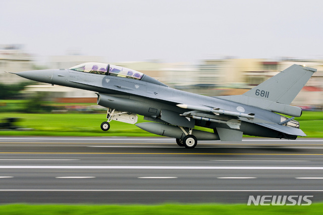 【창화(대만)=AP/뉴시스】대만 창화(彰化)현의 한 고속도로에 대만 공군 소속 F-16V 전투기 한 대가 착륙하고 있다. 대만 공군은 이날 중국의 대만 공군기지 공격을 상정해 대만 전투기들이 고속도로를 이용하는 훈련을 실시했다. 2019.5.28