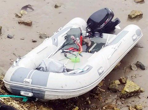 지난 6월 4일 충남 태안군 근흥면 신진도 마도 방파제 인근에서 발견된 고무보트. 뉴스1