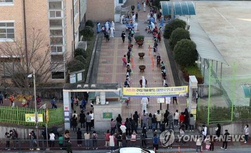 한 초등학교에 마련된 코로나19 이동식 선별진료소 [연합뉴스 자료사진]
