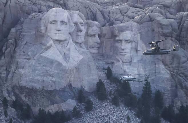 지난 7월 사우스다코타주 러시모어산에서 열린 대통령 참석 미국 독립기념일 행사가 열리는 동안 군 헬기가 경호를 위해 비행하고 있다.   /EPA 연합뉴스