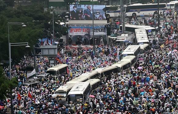 지난 8월 15일 종로구 동화면세점 앞에서 전광훈 사랑제일교회 목사가 밀집한 군중 앞에서 발언하고 있는 모습. 연합뉴스