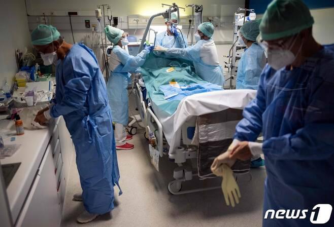 프랑스 의료진이 중환자실에서 코로나19 환자를 돌보고 있다. © AFP=뉴스1