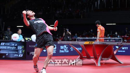 장우진이 19일 일본의 간판 하리모토 토모카즈를 잡은 뒤 환호하고 있다. 출처=국제탁구연맹(ITTF) 홈페이지