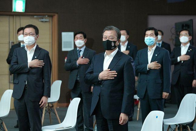 문재인 대통령이 18일 인천 연수구 송도의 연세대 인천 글로벌 캠퍼스에서 열린 대한민국 바이오산업에 참석해 국민의례를 하고 있다. ⓒ청와대