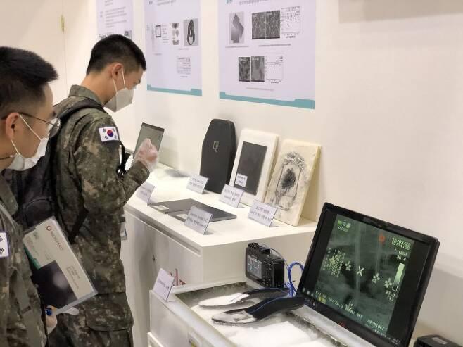 2020 대한민국 방위산업전에 전시된 첨단 과학기술에 대해 군 관계자들이 살펴보고 있다. KIST 제공.