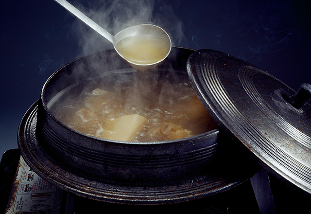 65도 이상의 뜨거운 국물 요리를 섭취하면 식도 점막에 염증이 생겼다가 나아졌다가를 반복하면서 세포가 돌연변이를 일으켜 식도암이 생길 수 있다./사진=클립아트코리아