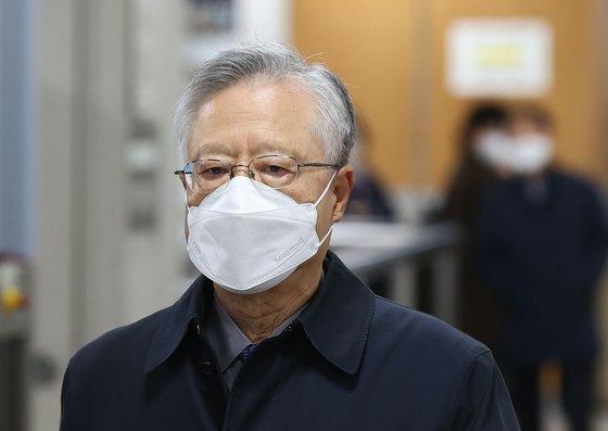 채용비리 혐의를 받는 이석채 전 KT회장이 20일 오후 서울고등법원에서 열린 2심 선고 공판에 출석하고 있다. [연합뉴스]