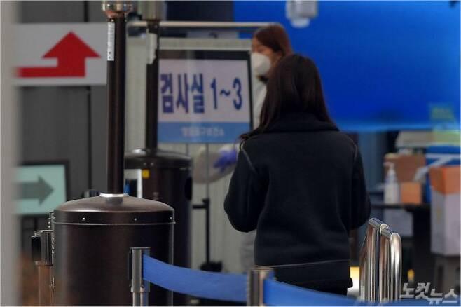 코로나19 신규 확진자가 313명으로 집계된 18일 서울 영등포구 선별진료소를 찾은 시민이 검사실로 향하고 있다. (사진=박종민 기자/자료사진)