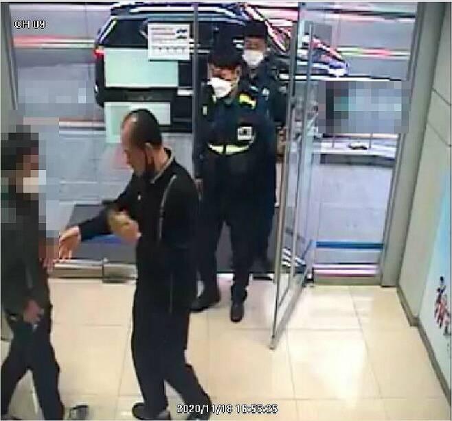 18일 오후 4시쯤 부산 사하구 다대지구대 한 팀장이 보이스피싱 송금책을 수상히 여겨 현장에서 붙잡았다. (사진=부산경찰청 제공)