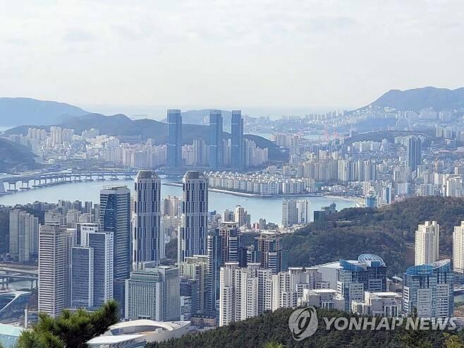 부산 해안과 함께 보이는 아파트 단지 [연합뉴스 자료사진]