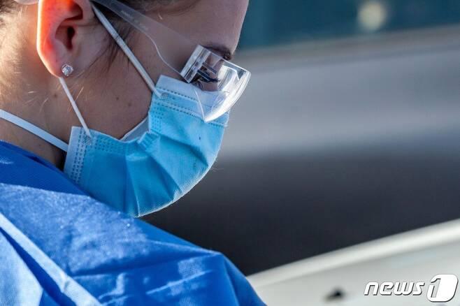 미국 오하이오주 콜롬버스 소재 한 진료소에서 의료진이 코로나19 검사를 진행 중이다. © AFP=뉴스1