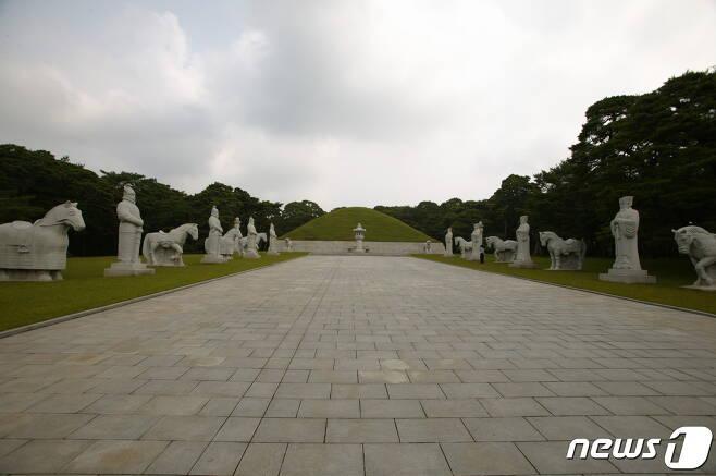 1974년 발굴 후 화려하게 개건된 동명왕릉의 전경. (미디어한국학 제공) 2020.11.21. © 뉴스1