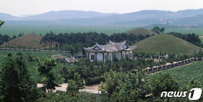 남포시 강서구역에 있는 강서삼묘 전경. 앞쪽에 대묘가 있고, 뒤쪽으로 중묘와 소묘가 나란히 배치돼 있다. (미디어한국학 제공) 2020.11.21.© 뉴스1