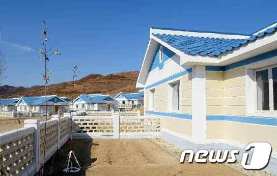 (평양 노동신문=뉴스1) = 사진은 수해 지역에 새로 지어진 살림집. [국내에서만 사용가능. 재배포 금지. DB 금지. For Use Only in the Republic of Korea. Redistribution Prohibited] rodongphoto@news1.kr