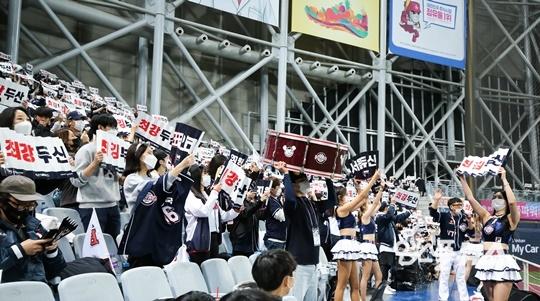 한재권 응원단장은 두산 팬들의 질서정연한 응원에 감사함을 표했다(사진=엠스플뉴스)
