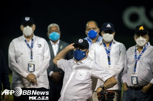 루이스 아비나데르 도미니카 대통령이 도미니카 윈터리그 개막전에서 시구하고 있다. 사진=ⓒAFPBBNews = News1
