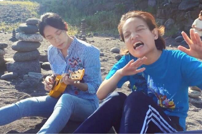장혜영 의원과 동생 장혜정 씨는 영화 '어른이 되면'에 출연했다. 이 영화는 장 의원이 감독으로 연출을 맡았다. (사진=시네마달 제공)