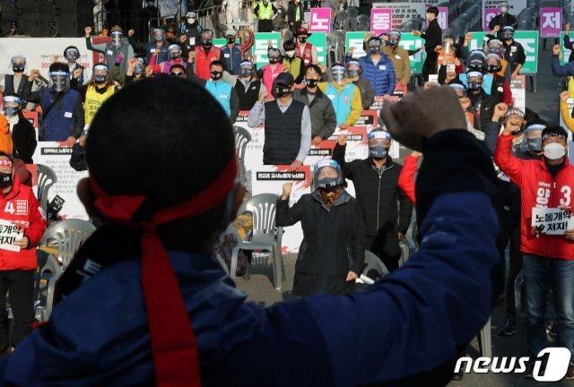 지난 14일 오후 서울 영등포구 여의대로에서 민주노총 주최로 열린 '전태일 50주기 열사 정신 계승 전국 노동자대회'에서 참석자들이 구호를 외치고 있다./뉴스1 © News1