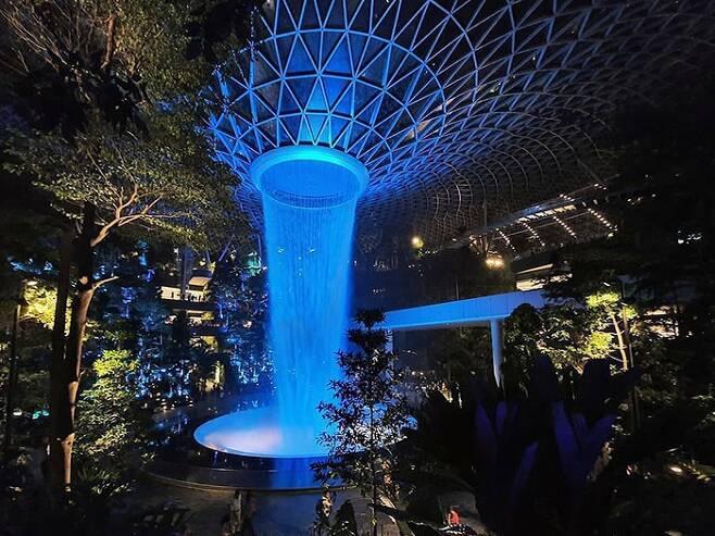 싱가포르 창이 국제공항의 환승허브 `주얼 창이공항` 중앙의 실내 인공폭포 `레인 보텍스`. 주얼은 영화 `아바타`에서 영감을 받아 설계됐다. /사진=송경은 기자