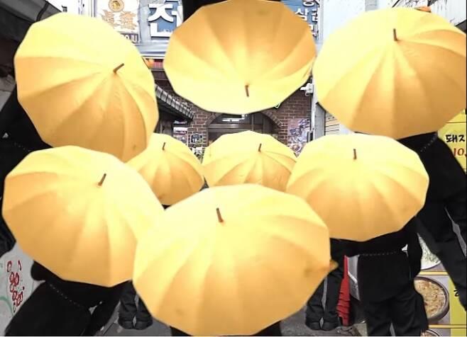 BTS 2021년 시즌스 그리팅 영상에 노란우산을 쓴 멤버들 모습. /사진=BTS 유튜브 캡처.