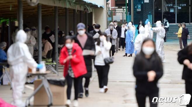 22일 오전 광주 광산구 숭덕고등학교 재학생들이 신종 코로나바이러스 감염증(코로나19) 진단 검사를 받고 있다. /사진제공=뉴스1