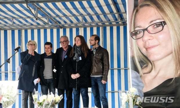 알렉시아 뒤발의 시신이 발견된 후 가족들이 기자회견을 마루리하고 있다. 왼쪽부터 희생자 어머니, 남편 뒤발, 아버지, 여동생 및 이복 오빠. 오른쪽은 희생자 포스터. <가디언 캡쳐>