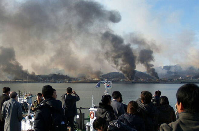 2010년 11월 23일 북한의 포격으로 불타고 있는 연평도의 모습을 주민들이 지켜보고 있다. 세계일보 자료사진