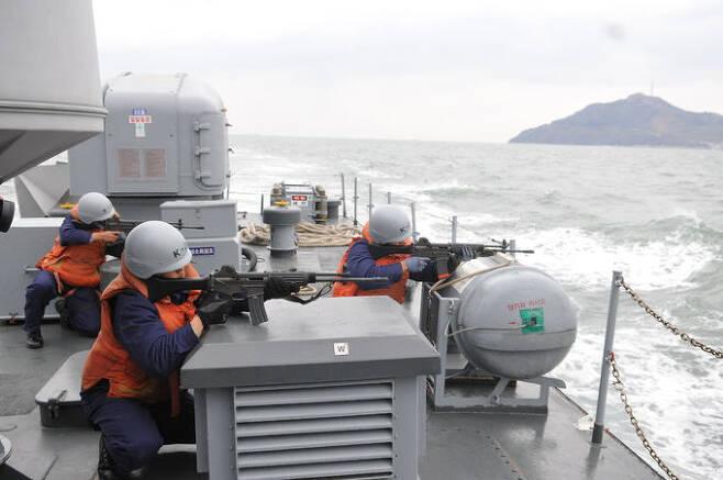 해군 2함대 장병들이 서해 수호훈련 도중 소총을 전방에 겨누고 있다. 세계일보 자료사진