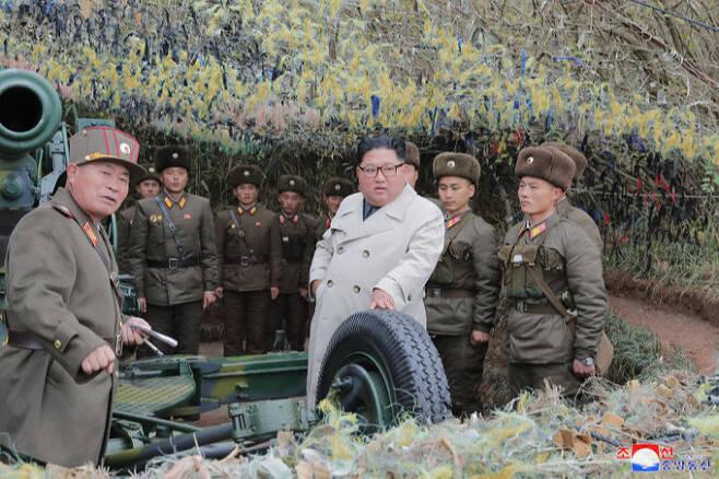 김정은 북한 국무위원장이 서부전선에 위치한 창린도 방어대를 시찰했다고 조선중앙통신이 지난해 11월25일보도했다. 김 위원장이 북한 군인들과 함께 전방을 바라보며 미소를 짓고 있다. 연합뉴스