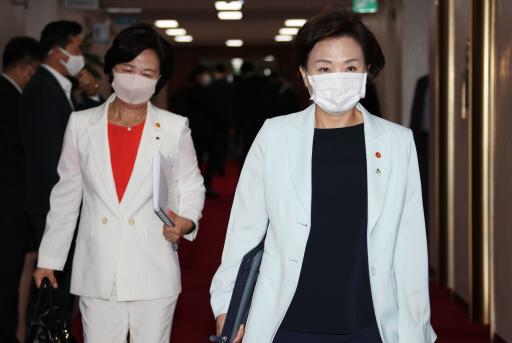 추미애 법무부 장관(왼쪽)과 김현미 국토교통부 장관(오른쪽)이 지난 6월 30일 정부서울청사에서 열린 국무회의에 참석하고 있다. 연합뉴스