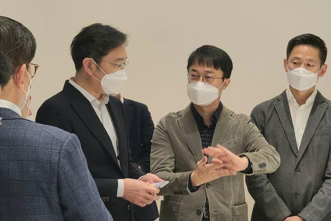 지난 12일 삼성전자 서울R&D 캠퍼스에서 디자인 전략회의를 진행하던 이재용(왼쪽 두번째) 삼성전자 부회장의 손에 삼성의 롤러블폰 시제품으로 추정되는 기기가 들려 있는 것이 포착됐다. 삼성전자 제공