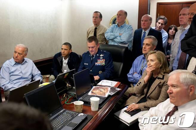 버락 오바마 미국 대통령(오른쪽 두번째)과 참모들이 지난 2011년5월2일(현지시간) 백악관 상황실에서 오사마 빈 라덴 사살 작전을 지켜보고 있다. 앞줄 왼쪽부터 로버트 게이츠 국방방관, 힐러리 클린턴 국무장관, 데니스 맥도너 국가안보부보좌관, 마셜 웹 합동특수전사령부 부사령관, 오바마 대통령, 조 바이든 부통령. 뒷줄 왼쪽부터 제임스 클래퍼 국가정보국장, 존 브레넌 대테러국토안보 보좌관, 오드리 토마슨 국가안보실 대테러국장, 토니 블링컨 부통령 전담 국가안보보좌관, 윌리엄 데일리 비서실장, 톰 도닐런 국가안보보좌관, 마이크 멀린 합참의장. © AFP=뉴스1 © News1 정유진 기자