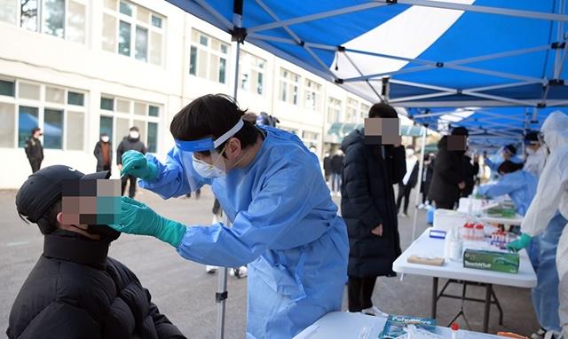 간이검사는 결과가 나오기까지 약 15분 정도로, PCR 검사보다 훨씬 일찍 확진자를 판별할 수 있다./사진=연합뉴스