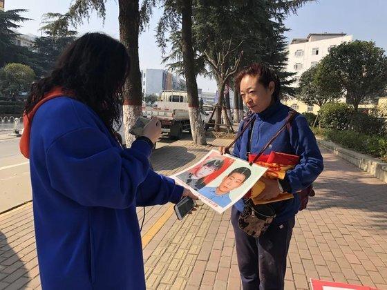 허수쥔은 아들 찾기에 나서면서 동영상 플랫폼계정을 만들었다. 그러자 많은 중국 네티즌이 자원봉사자로 나서며 허수쥔의 아들 찾기를 돕고 있다. [중국 신경보망 캡처]